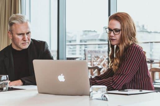 Une femme et un homme devant un ordinateur